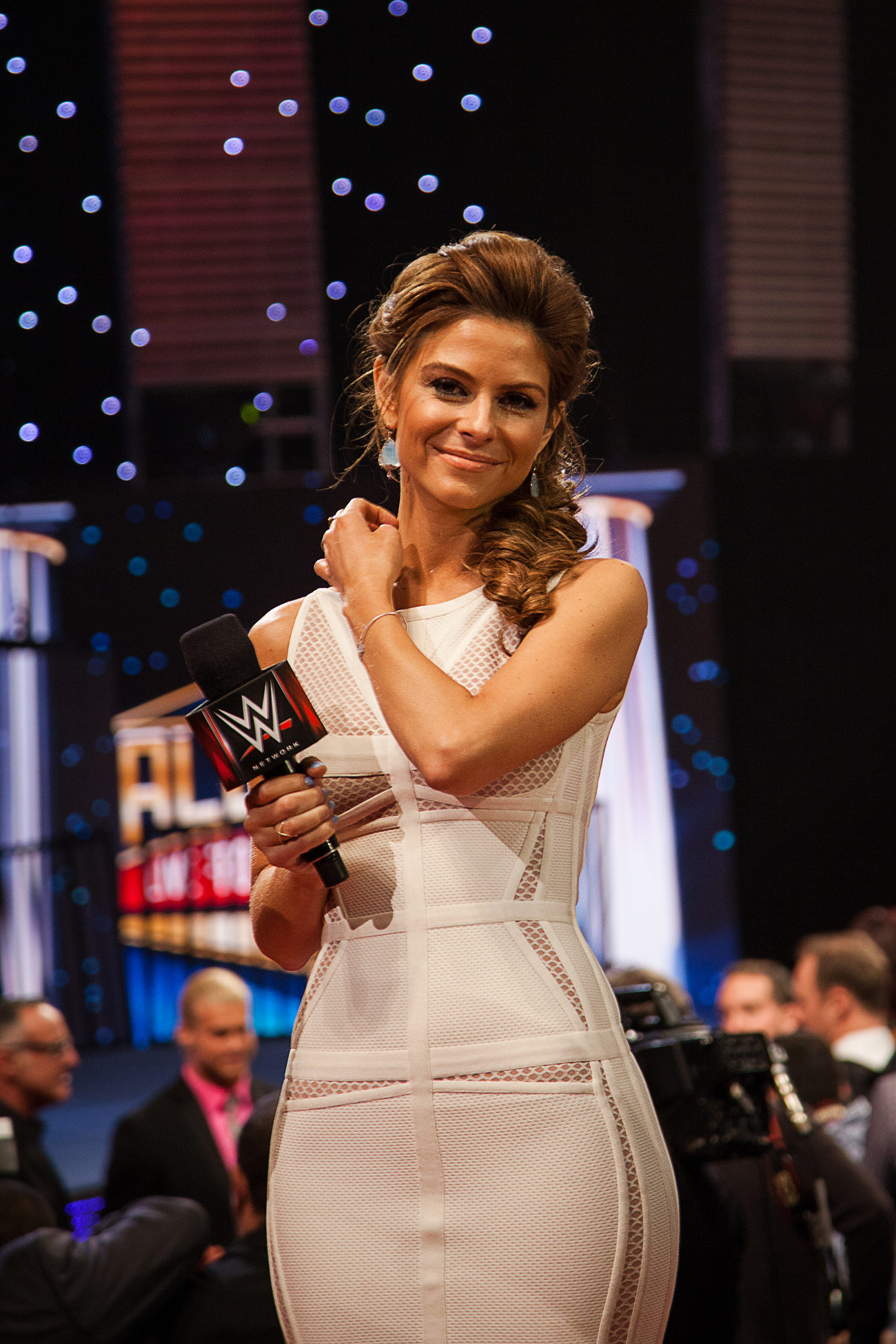 Maria Menounos host of extra